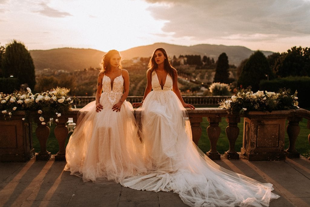 2 brides at Villa Medicea toscana heiraten sunset roses