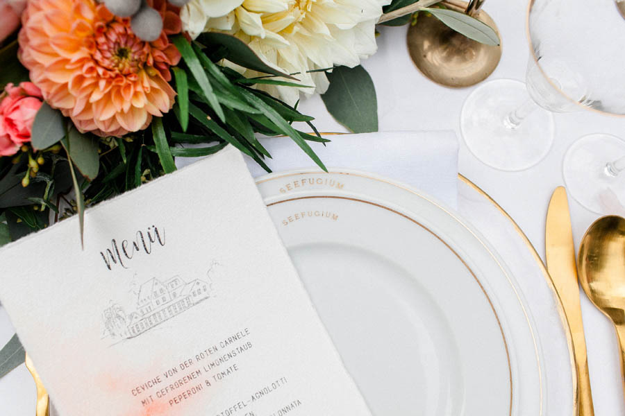 wedding trends 2019, wedding trend, living coral, coral wedding, wedding inspiration, pantone color of the year, coral table setting, coral wedding decoration