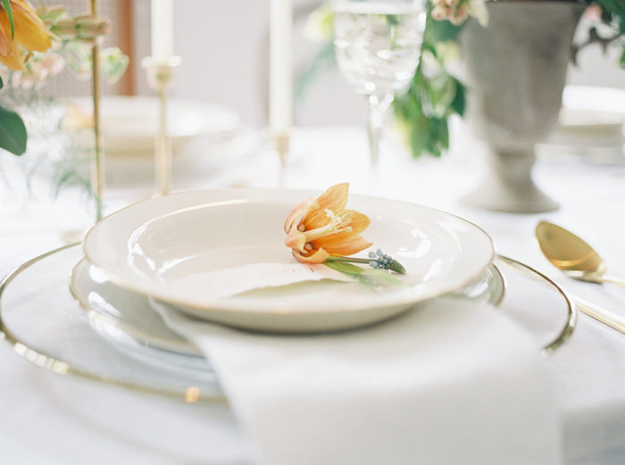 white and gold wedding table decoration